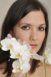 Frau mit Orchideen